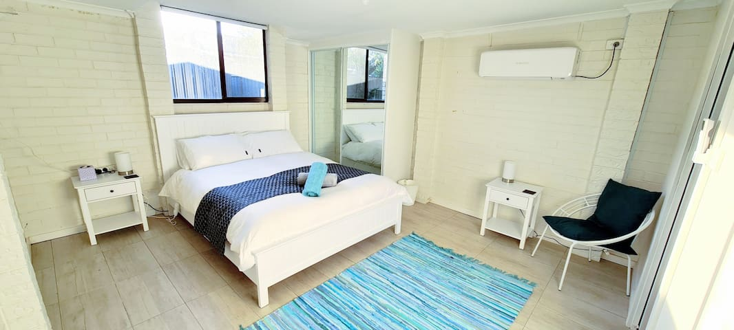 Queen bed in sleep out with ensuite