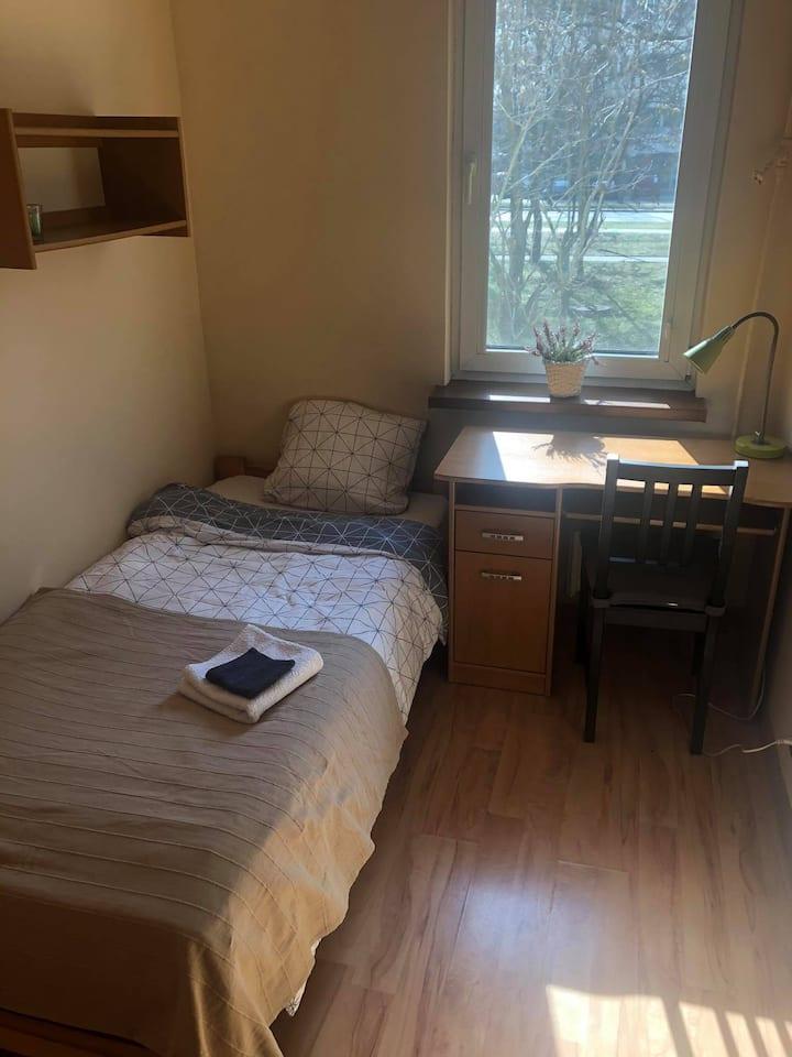 Przytulny pokój z biurkiem Nawojki