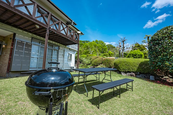 芝生のお庭でBBQ 伊豆高原の閑静な温泉付一軒宿 シャローム伊豆高原