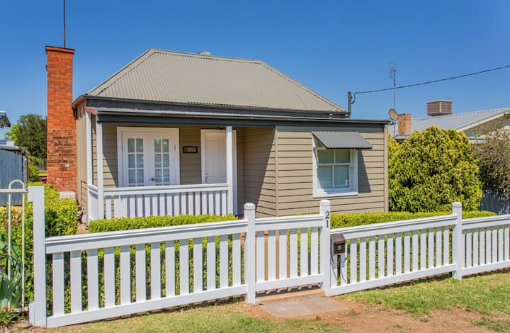 Cowra Cottage - a quaint historic cottage.