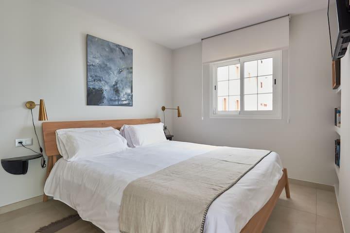 Dormitorio silencioso y confortable. Cama 180x200. Varias almohadas de diferentes texturas para que puedas elegir. Aire acondicionado. Caja fuerte.