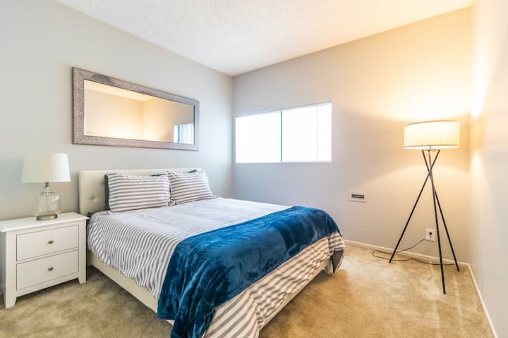 Trendy 2 bedroom 2 bath apartment in Hollywood!