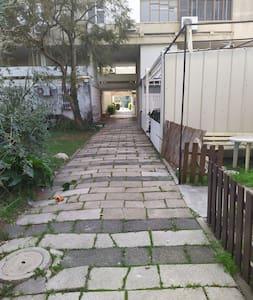 ישנן מדרגות מלמטה או דרך הבניין. קיימת אופציה להגיע ללא מדרגות כלל דרך שביל גישה צידי.