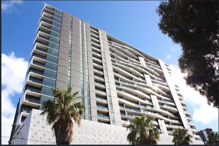 Luxury 1 bed sunny Apt in city - balcony & parking