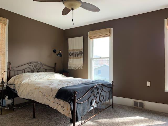 Master Bedroom w/Queen Bed