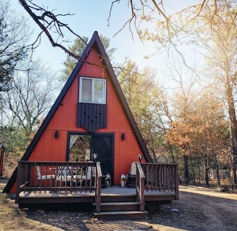 Castle Rock Boho A-frame Cabin. 25 min to Dells