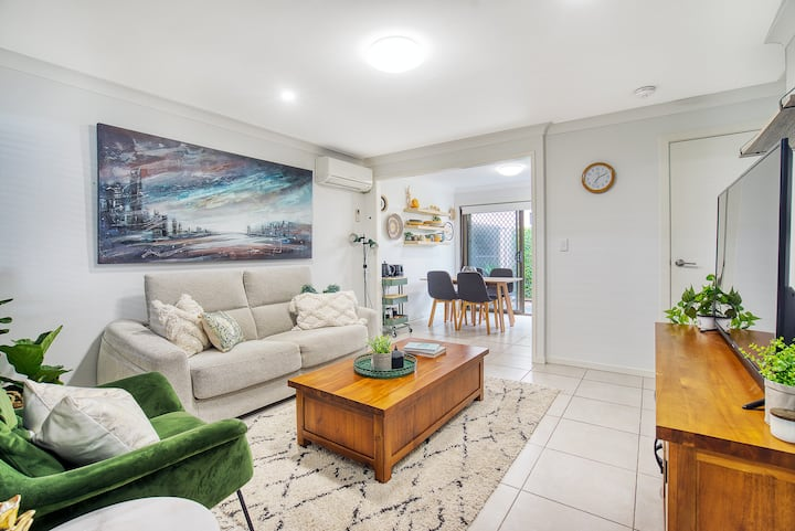 Vibrant Base in Surfers w/ 2 Courtyards & Parking
