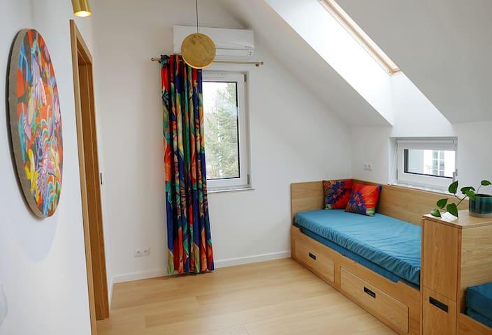 POKÓJ LUNA (2 rozkładane łóżka) LUNA ROOM (2 double beds) DORMITORIO LUNA (2 camas desplegables)