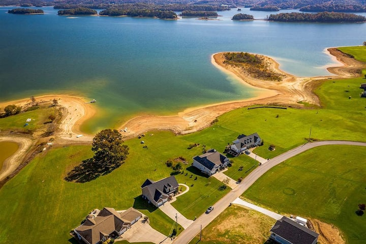 LAKE LUXURY! Enjoy the view/access to the water