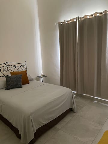 Segunda recámara.  Cuarto estilo minimalista: cama matrimonial.   Climatizada para calor y frío.  cortinas black out