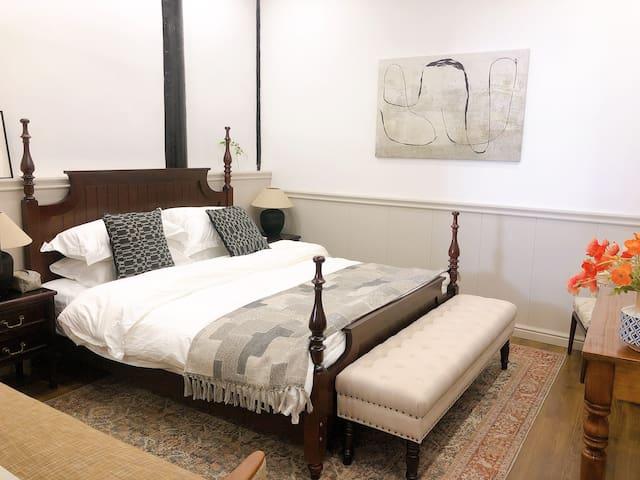 一楼的主卧,1.8大床~舒适席梦思乳胶床垫,帮助改善睡眠~一面硬,一面软,如果需要,你可以自行调整软硬面喔~无印良品羽绒枕,杜邦舒弹丝被芯,今晚好梦!