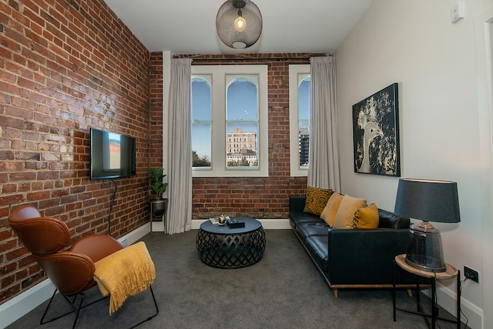 OUTSTANDING Central City Apartment A - 2 Bedroom