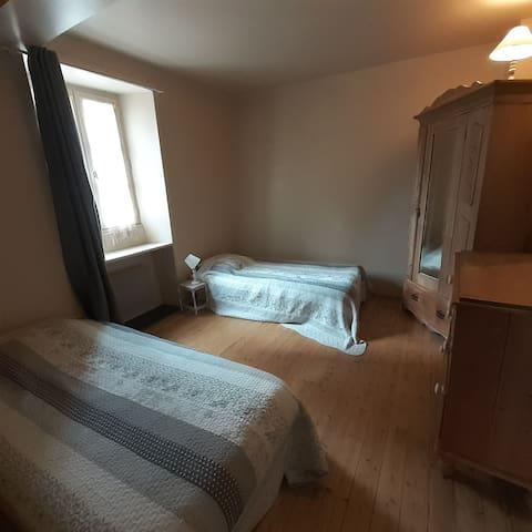 chambre au dessus de la cuisine (accès avec un escalier en colimaçon)