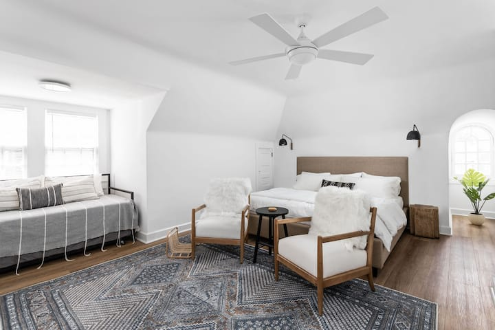 Newly Remodeled Historic Studio Apt in Circle City