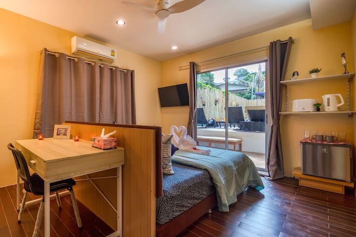 Studio room with direct access to the pool