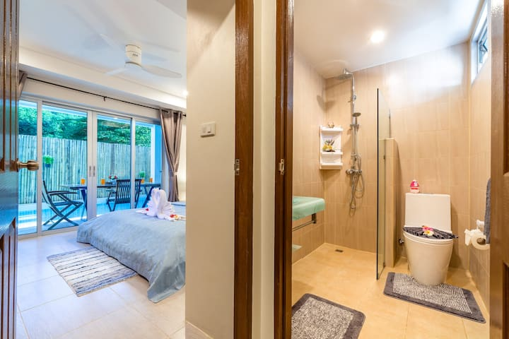 Bedroom with direct access to the pool