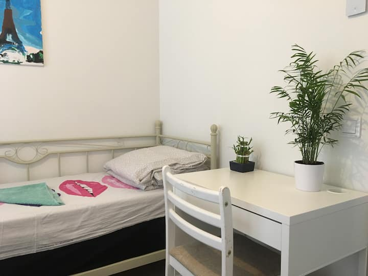 Cozy private room in apartment, free parking