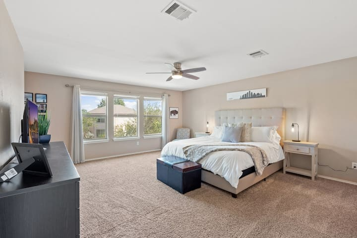 Master bedroom with king size bed and ceiling fan (with remote). It has a private master bathroom with a walk-in closet. The windows oversee the backyard.