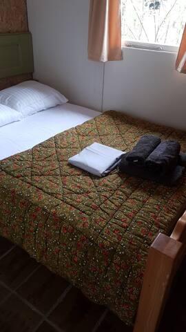 Slaapkamer met twee-persoonsbed
