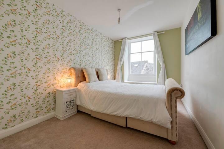2 Bedrooms• King Bed• ♥ of Kendal• Full Bathroom
