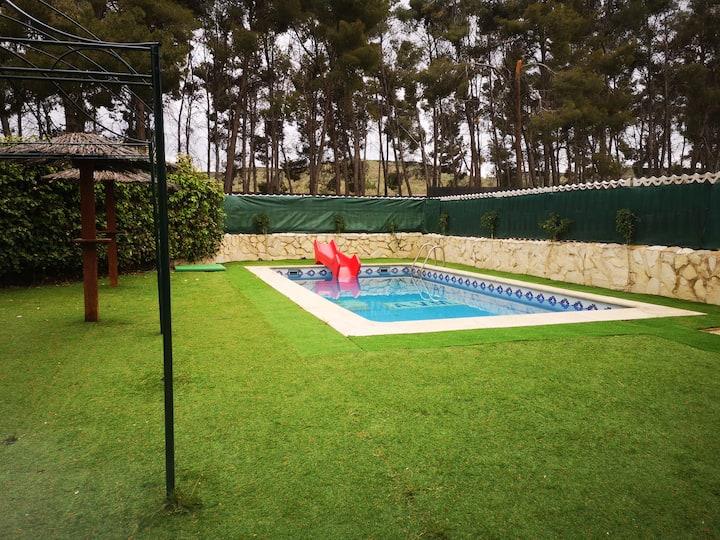 Casa pareada con piscina y barbacoa