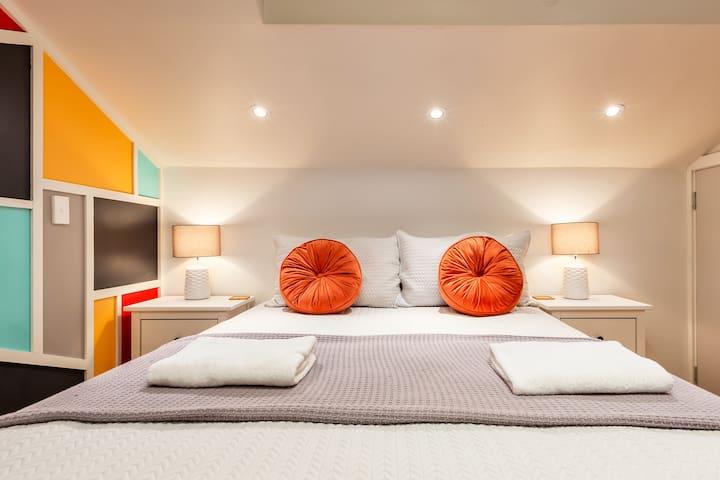 Queen bed with a super comfortable mattress, 2 soft pillows, 2 firm pillows.