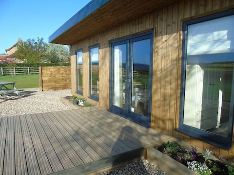 Cosy lodge with stunning views ready for S2021