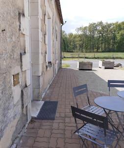 vue de l'entrée ver le parking