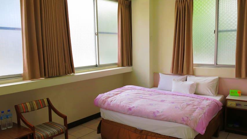 205是一個大床的房間,適合情侶,夫妻,兩面採光,空間非常明亮寬敞