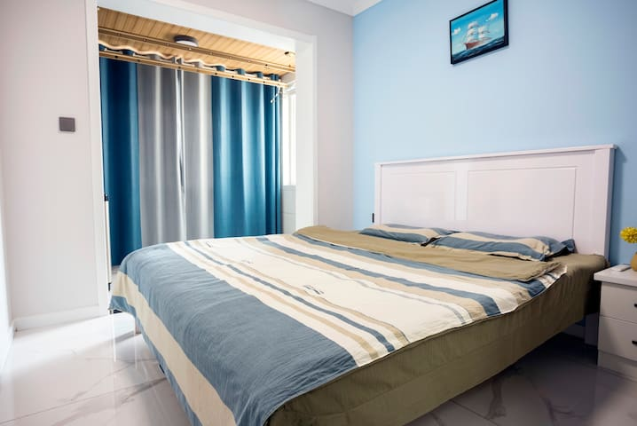 主卧配有1米8双人床,全棉床铺,一客一换,干净舒适。