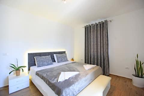 Luxury Spacious Apartment near  Saranda Center