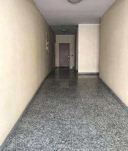 Sentiero fino alla porta di ingresso senza gradini. Leggera salita