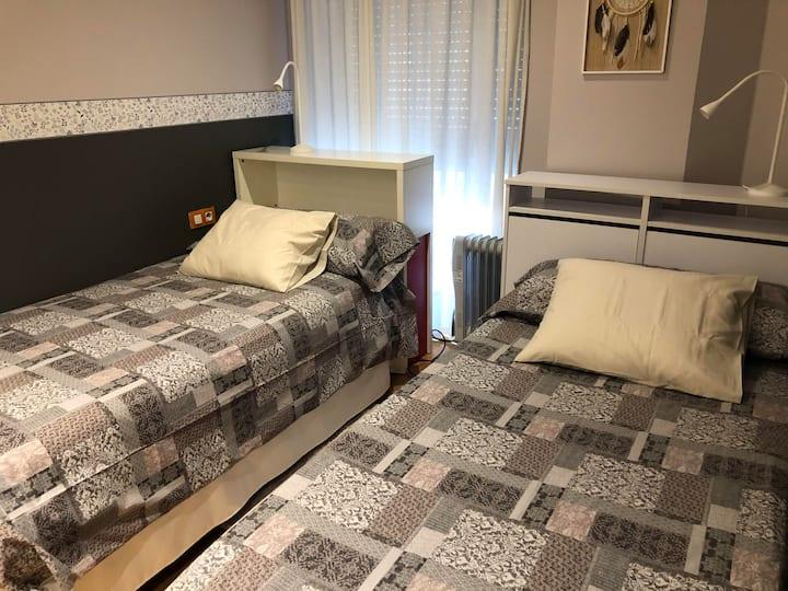 Habitación dos camas individuales en Manresa