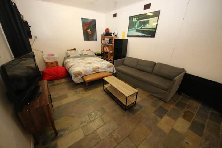 Bungalow, Oakleigh for a couple or single.