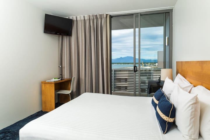 Enjoy a plush king bed as well as a TV, dedicated working space with a desk, air conditioning and speedy Wi-Fi