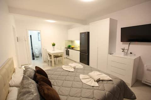 Udobna i udobna  dvokrevetna soba u blizini plaže.