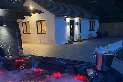 Detached Suite near Delamere Forest with Hot Tub