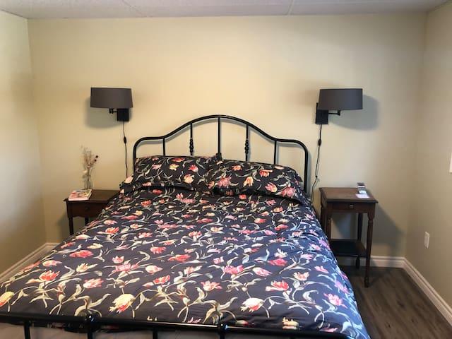 Master bedroom (Queen bed)