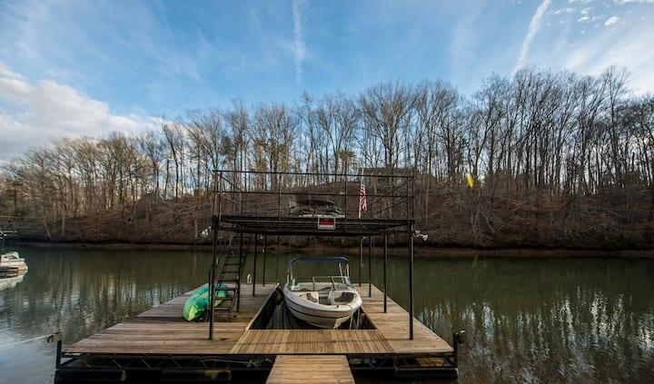 Charming 6BR Lakehouse, Double Decker Dock+Hot Tub