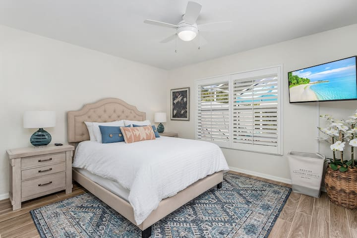 This double aspect room is light and airy, with sliding doors directly out to the pool deck, with a queen size bed, TV and large closet for your storage needs.