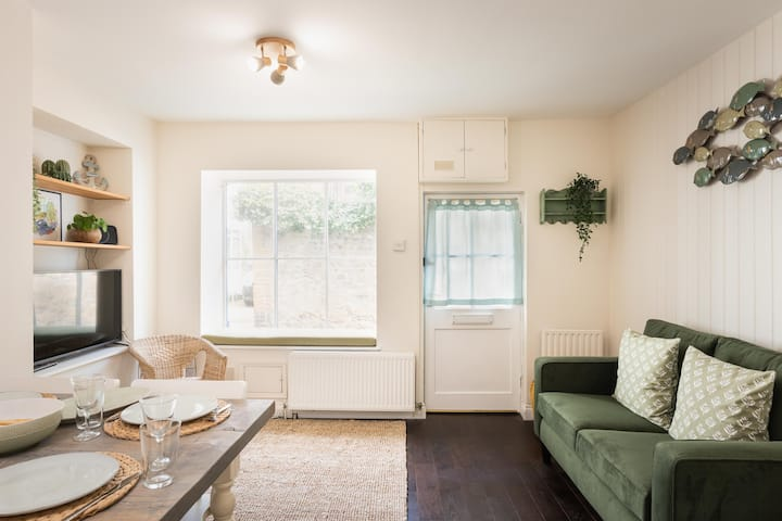 Cosy cottage a stone's throw from Lyme Regis beach