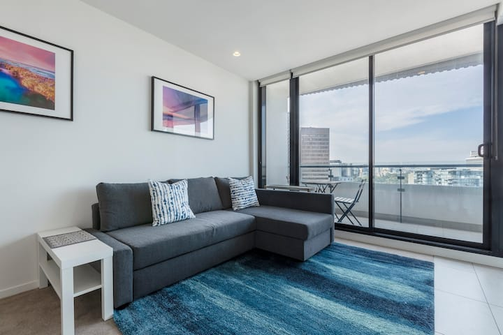 Sun-drenched Escape w/ Rooftop Views of the CBD