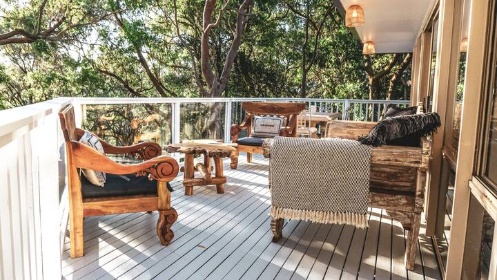 Bouddi Lodge surrounded by National Park