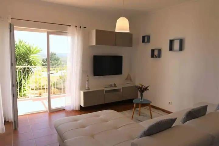 vue du salon avec accès petite terrasse