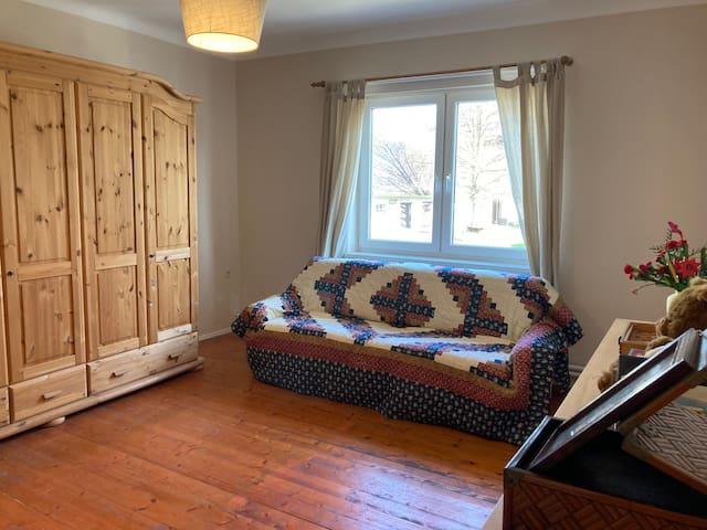 Schlafzimmer 2- ausziehbare Couch