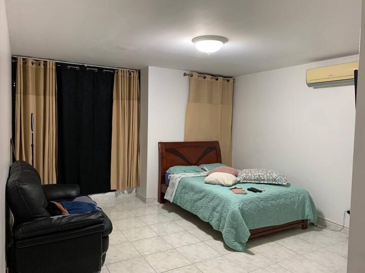 Amplia y cómoda habitación con baño privado