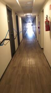 corredores amplos para melhor circulação de pessoas e maior ventilação