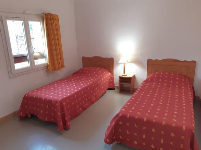 Chambre 2 avec lits jumeaux et placard pour vêtements
