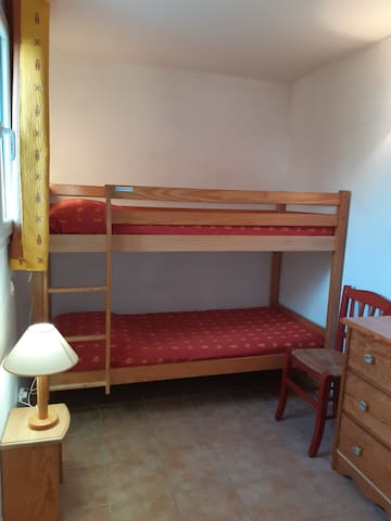 Chambre 3 avec lits superposés et commode pour vêtements