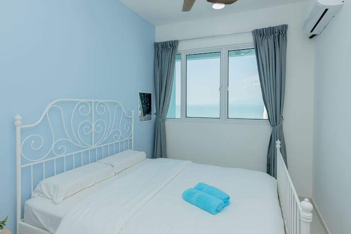 Seaview second bedroom with queen size bed..